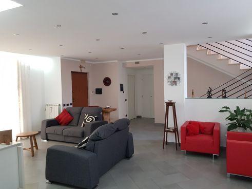 https://www.progettocasa1.it/immagini_immobili/07-10-2019/soluzione-indipendente-vendita-colleferro-roma-via-enrico-toti-5-336.jpg