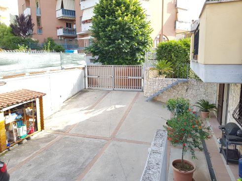 https://www.progettocasa1.it/immagini_immobili/07-10-2019/soluzione-indipendente-vendita-colleferro-roma-via-enrico-toti-5-561.jpg